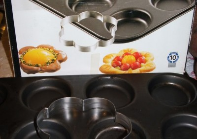 Non stick tartlet pan with cutters